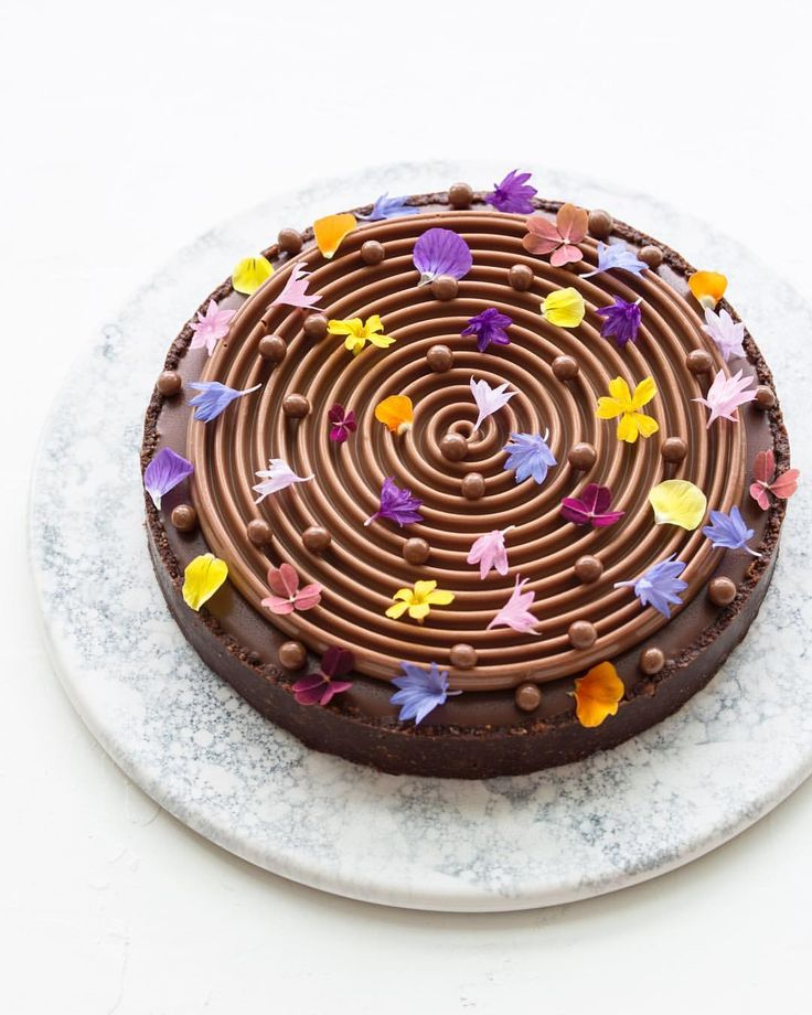 7,184 mentions J'aime, 64 commentaires – Maja Vase (@majachocolat) sur Instagram : « Flower power chocolate tart for dear friends ❤️ . . #flowerpower #feedfeed #f52grams #valrhona… »