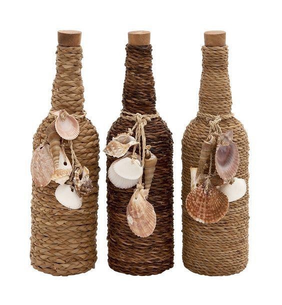 lege wijnflessen omwikkeld met touw en versierd met schelpen.