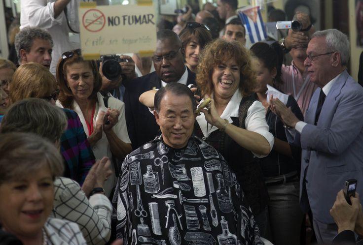 Sekjen PBB Ban Ki-moon mencoba layanan potong rambut di kota tua Havana, Kuba di sela-sela KTT Amerika Latin di sana. (27 Januari 2014)