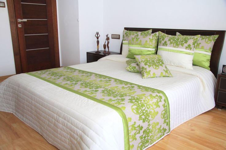 Eksluzywne narzuty kremowe na łóżko sypialniane z zielonym ornamentem