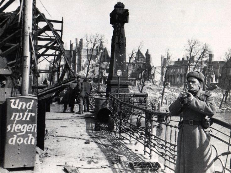Фотокорреспондент газеты «Правда» гвардии капитан Н.Ф. Фиников ведет съемку в порту Кенигсберга