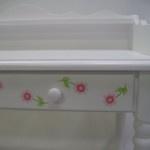 Hand painted flowers on a desk by Mimi en Co #kinderbureau #kindermeubelen #kinderkamers