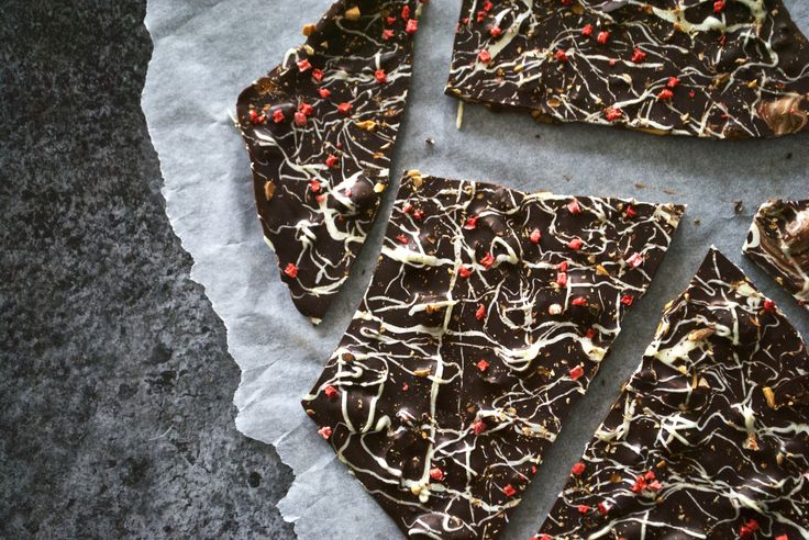 Bliver det meget bedre end chokoladebrud med lakrids? Ja, det gør det faktisk! Med lidt hvid chokolade og frysetørrede bær drysset ovenpå. Mums!
