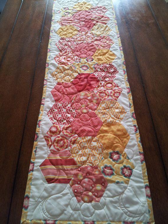 Salt Air Red and Yellow Modern Hexagon Table por SerenaBeanQuilts