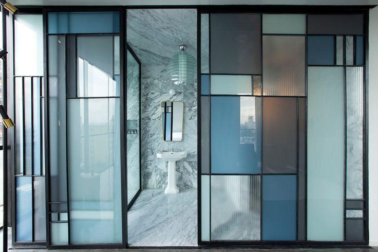 Casa Fayette - AD España, © Undine Pröhl Unas puertas correderas de cristal y metal, inspiradas en Mondrian, separan el baño de la habitación.