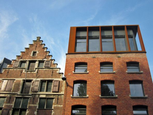 Roof extension of glass and corten steel at the Brouwersvliet in Antwerp, design by Stramien Architects.