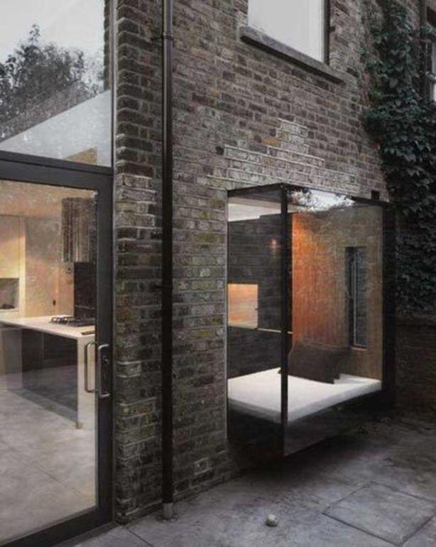 Moderne raambank in glazen uitbouw.