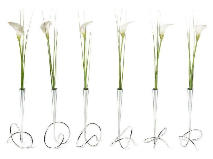 Vázička s květinou BLACK+BLUM Flower Loop. Přírodními tvary inspirovaná minimalistická vázička - vyrobena ručně z volně…
