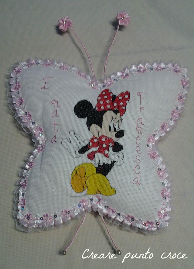Fiocco nascita a forma di farfalla con una spiritosa Minnie sui tacchi …Cross stitch