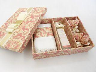 Divina Caixa: Caixa kit banheiro - contém sabonete líquido com rótulo personalizado + toalha com aplicação de tecido + sachês. Ótima lembrança de casamento para padrinhos e madrinhas!!!