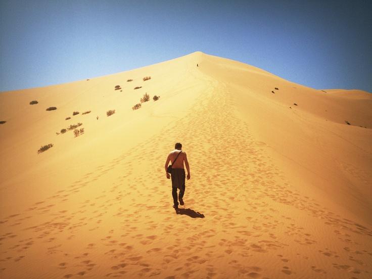 Je hoeft niet heel de berg te overzien om de eerste stap te kunnen zetten. Je zet de stap door hem gewoon te zetten. #Merzouga