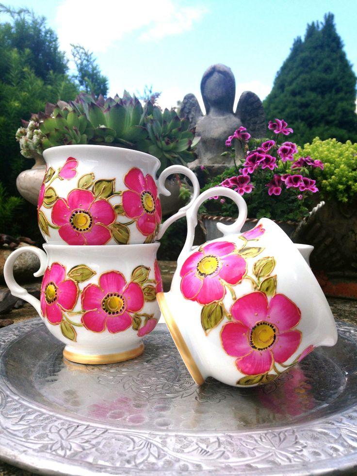 snídaně v zahradě Ručně malované hrnky,zdobené výraznými květy a zlatou konturou. malované vypalovacími barvami..květy nezvadnou.cena za kus