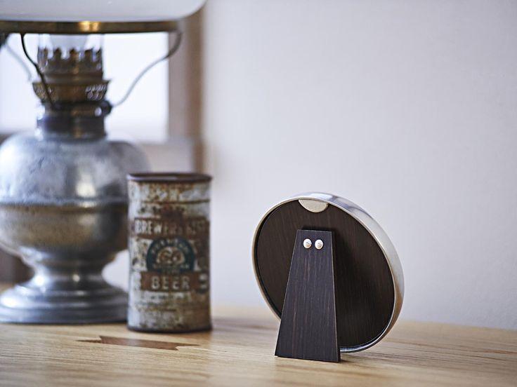 Round Pewter Photo Frame - Diameter: 13 cm (5,1″) - Picture Size: ø9 cm - Frame Back Stand: Wood - #pewter #round #picture #photo #frame #peltro #cornice #fotografia #portafoto #rotonda #zinn #bilderrahmen #fotorahmen #rahmen #étain #etain #cadre #peltre #tinn #олово #оловянный #gifts #giftware #home #housewares #homewares #decor #design #bottega #peltro #GT #italian #handmade #made #italy #artisans #craftsmanship #craftsman #primitive #vintage #antique