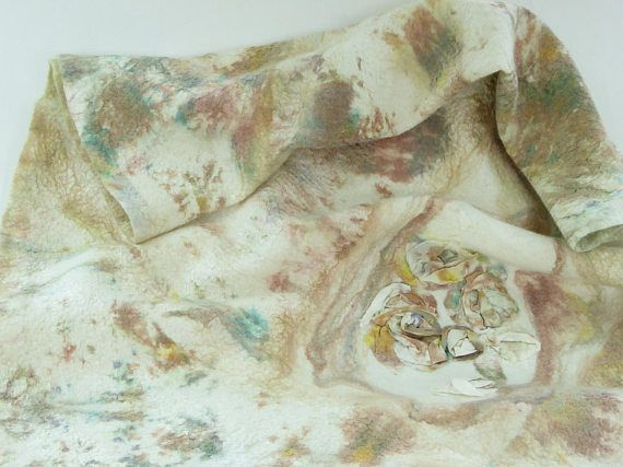Handgevilte sjaal van super zachte merinoswol met zijde vezels, hand gevefde zijde chiffon en zijde pongé. Op een basis van off white merinoswol zijn de hand geverfde stukken zijde chiffon/pongé en zijde hankies gevilt met de nuno vilttechniek. Zachte pastelkleuren, off white, bruin, geel, groen, blauw, petrol. Een unieke cadeau. Ideaal op een koele zomeravond.  Afmeting: 145cm X 77cm