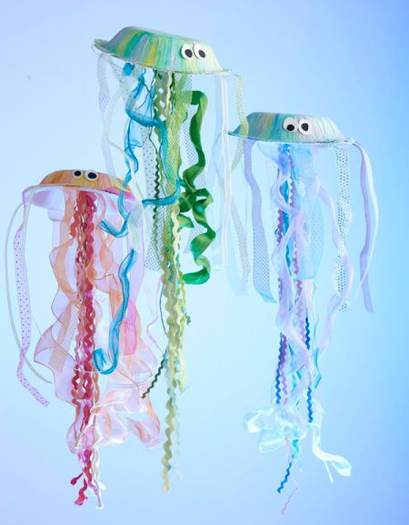 "Is your kiddo having an ""under the sea"" themed birthday party? Or does he/she just love making crafts in general? These DIY jelly fish made with pasta are so cute and easy to make!"