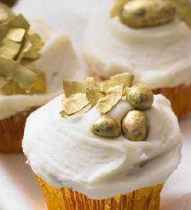 Gefallene Engel - Honig-Mandel-Cupcake mit schokolierten Nüssen und Goldpuder
