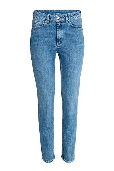 Džínové kalhoty s 5 kapsami ze sepraného denimu. Mají úzké, rovné nohavice a vysoký pas. Poklopec na zip s knoflíkem.
