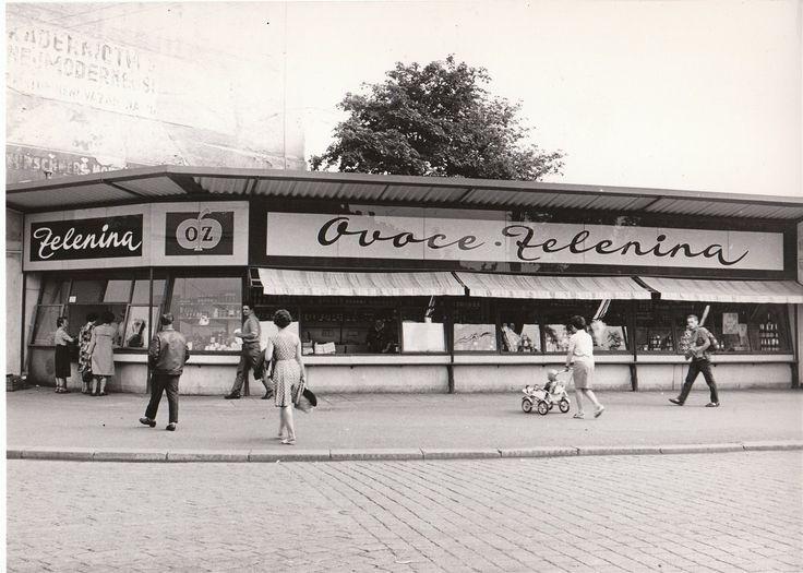 Nedatovaný snímek prodejny ovoce a zeleniny na Denisově nábřeží v Plzni na nároží, kde později v 80. letech vyrostla budova krajského policejního ředitelství.