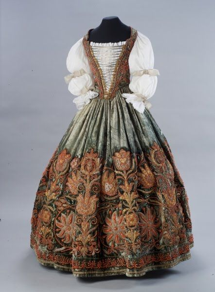 díszmagyar ruha - hungarian court dress This dress is Gorgeous, and no doubt materials expensive. I can not make head or tail of the website, let alone find the century/ies of the dress style. It is late 16th or 17th. Thus not garbable.