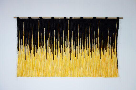 Attaccatura di parete tessuta Questa bella attaccatura di parete a mano è unottima idea regalo, originale e unica. Può anche decorare la propria casa. Il tocco perfetto in qualsiasi stanza. La varietà di texture rende semplicemente una bellissima opera darte. Morbido e arioso, tessuti a mano su telai tradizionali. La decorazione è stata tessuta con filato nero plus giallo ombra. Sono tessuti in bambù. Decorare il nostro case il modo esprimiamo noi stessi :) Dimensioni: -Larghezza: 51(130…