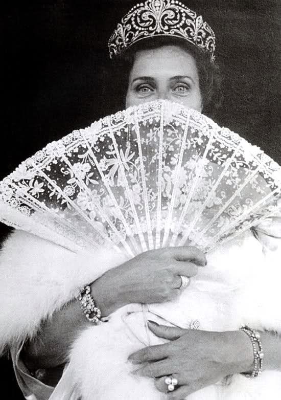 Doña Maria de las Mercedes Condesa de Barcelona en una simpatica foto con la tiara