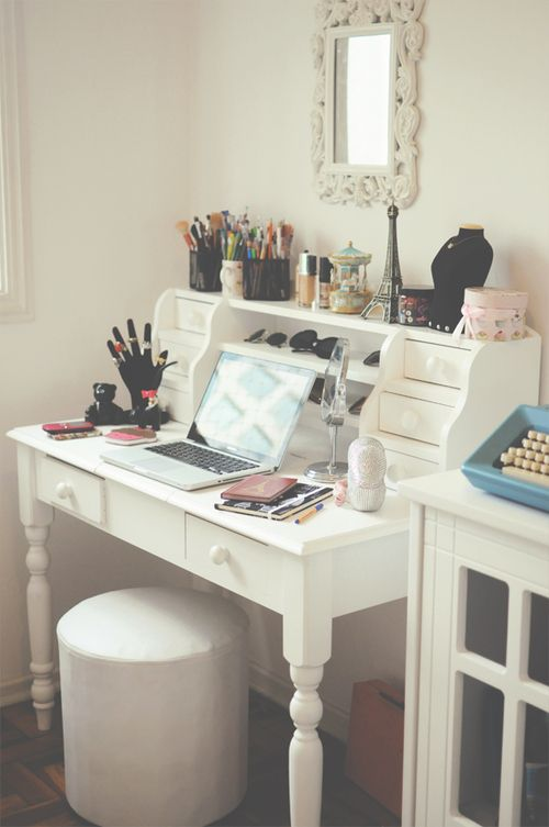 vanity table, desk, make up. This is want I want so badly!