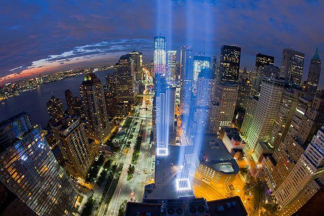 """ФБ """"Юлия Рублева"""". Какой мемориал на месте башен-близнецов. И это потрясающе, как люди умеют хранить память. Картинка заставила меня плакать. Фонтаны, уходящие под землю и столбы голубого света в небо."""