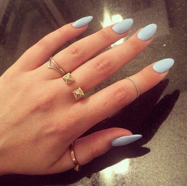 Love this shape!! Mes ongles ressemblaient à ça avant qu'ils se cassent!!! :'(