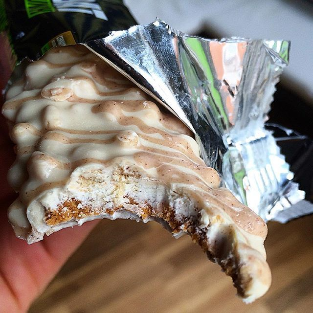 Muscle Pharm combat crunch cinnamon twist.  Very sweet but not overly so good cinnamon flavour creamy coating with a chewy doughy texture. They are also some biscuit like pieces on tip giving it a satisfying crunch. They also carry a good but not amazing macro split:  Calories:210 Fat:7g Carbs:25g (12g fibre) Protein:20g  I really liked this flavour. Easily up there with the best of them. Would definitely repurchase  8/10  #intermittentfasting #fasting #if #healthy #eatbig #bodybuilding…