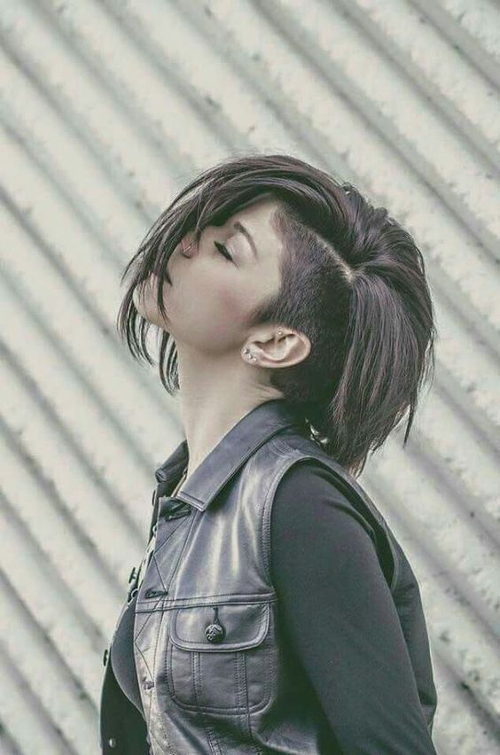 Bob and undercut/side shaved hair Undercut Hairstyles Women, Straight Hairstyles, Cool Hairstyles, Undercut Pixie, Side Undercut, Pixie Haircuts, Undercut Women, Shaved Side Hairstyles, Short Hair With Undercut