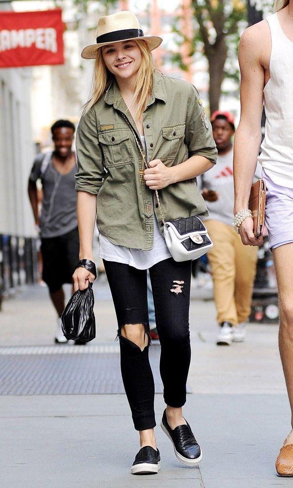 Chloë Moretz com calça jeans preta rasgada + parka militar.