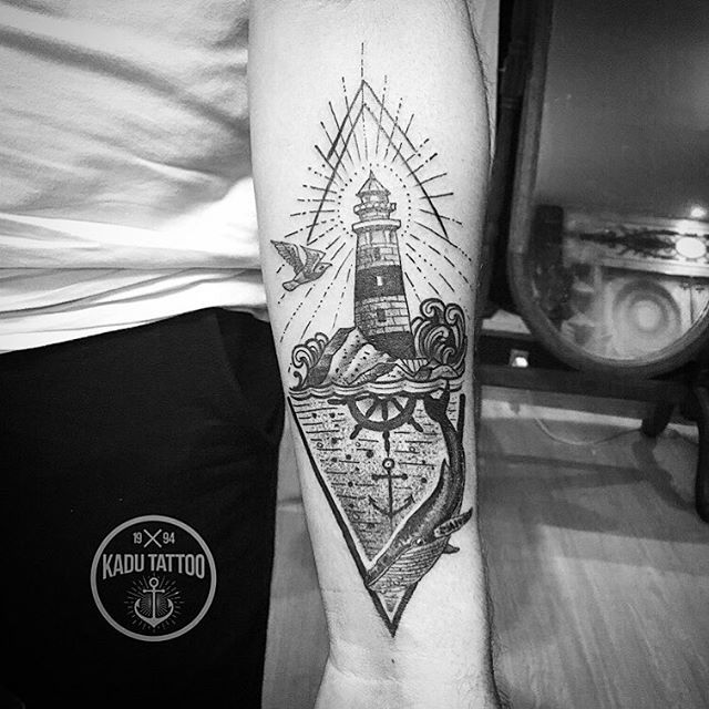 Leandro veio de Colatina pra fazer sua tattoo hje! Valeu mano e até breve! Contato para orçamento e agendamento no tel 27 999805879 com Bruno de segunda a sexta de 8 as 18 hs! NÃO RESPONDEMOS DIRECT! . . #kadutattoo #tattoo #tattoos #tattoo2me #tatuagem #tatuagens #lighthouse #ancor #farol #marine #ocean #jubarte #mar #dotwork #dotworktattoo