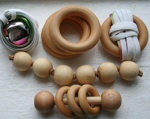 HOCHETS MONTESSORI A partir de 4 mois, il est intéressant de placer des objets autour de bébé. Les objets peuvent émettre des sons naturels (comme le grelot) ou bien être silencieux (comme les anneaux). Il faut juste s'assurer que l'enfant puisse les tenir entre ses mains. Il peut également être intéressant de proposer des objets aux textures différentes.