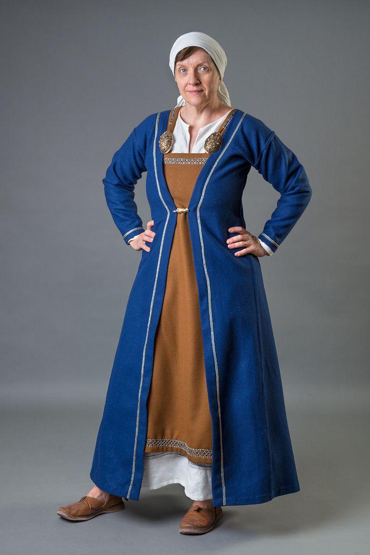 Så, nu kan jag nog säga att min vikingadräkt är klar. Jag vill skaffa lite mer bling förstås, pärlspridare, pärlor, en väska och lite annat som man behöver. Ja ett par mer korrekta skor hade varit bra, men de här får duga till både denna outfit och mina 1300-tals-kläder. I alla fall den här säsongen. Läs mer »