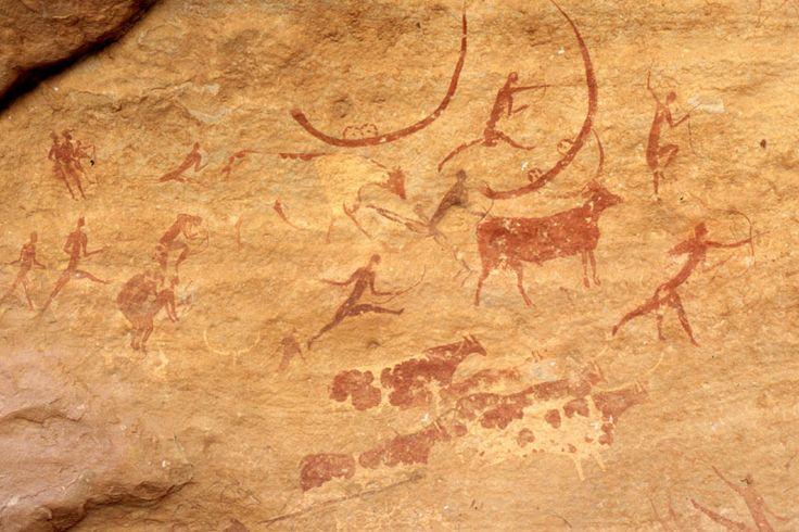Malowidła w Tassili. W obszarze pasma odkryto prehistoryczne malowidła naskalne i inne stanowiska archeologiczne z okresu neolitu, kiedy panował tu jeszcze wilgotniejszy klimat i góry znajdowały się na terenie sawanny, a nie pustyni. Malowidła przedstawiają stada bydła, duże dzikie zwierzęta (m. in. krokodyle) i ludzi przy polowaniu i w tańcu.