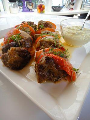 Υλικά για 8 μερίδες 2 κιλά χοιρινό λαιμό 4 κόκκινες πιπεριές 2 ντομάτες 2 μεγάλα ξερά κρεμμύδια αλάτι, πιπέρι αντικολλητικό χαρτί αλουμινόχαρτο για την μαρινάδα: 125 μλ. λευκό κρασί 125 μλ. ελαιόλα…