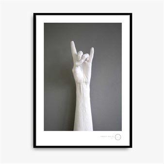 Hands up är en poster med attityd! Det innovativa printet är designat av duon Kreativitum och finns med olika kaxiga handgester. Den målade bakgrunden ger bilden en fin struktur och tillför djup. Affischen förmedlar starka känslor och kommer definitivt att bli en ögonfångare på väggen. Välj ditt favoritmotiv eller det som speglar din personlighet bäst.