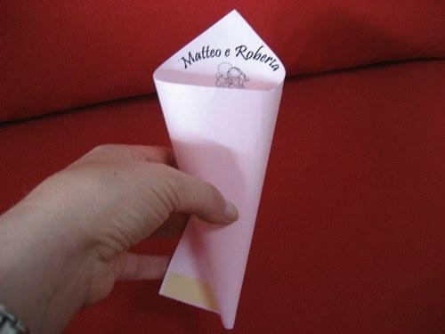 creazione coni di carta per il lancio del riso