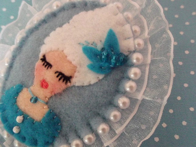 Broche Maria Antonieta by Gaia Artesanatos, via Flickr