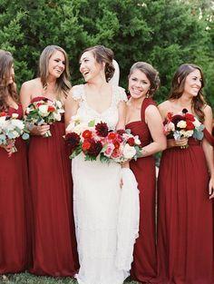 Demoiselles d'honneurs en robes rouges ou bordeaux