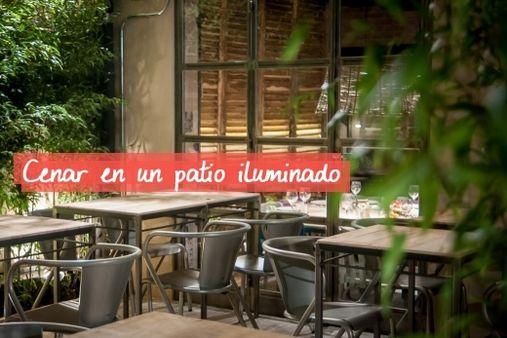 Cenar en el patio iluminado del restaurante Saporem