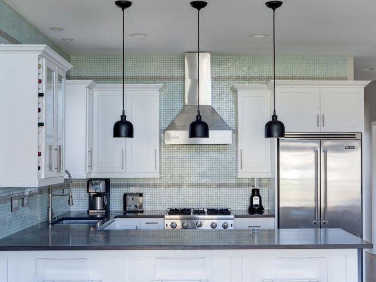 lámparas negras iluminan la cocina pequeña moderna