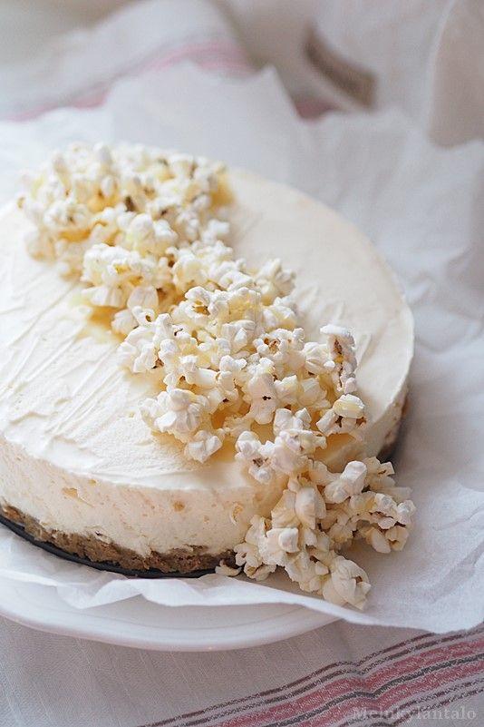 Muutamaan kertaan testattu popcorn kermatoffeekakku on herättänyt ihastusta vähän joka puolella, joten kirjaan ohjeen tännekin muis...
