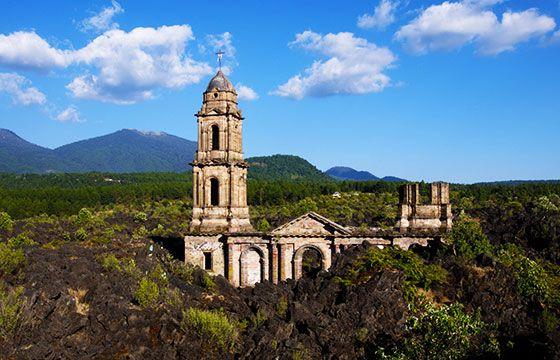 Iglesia sepultada, San Juan de Parangaricutiro, Michoacan, México. Iglesias abandonadas de México.