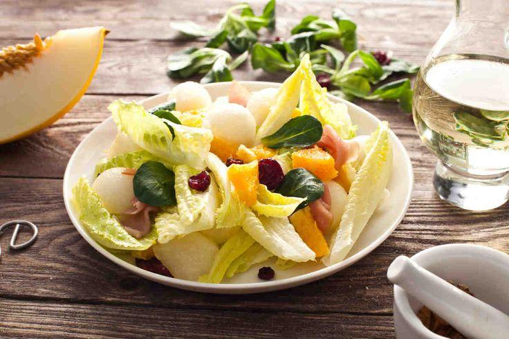 Sałatka z melonem #smacznastrona #przepisyTesco #poradyTesco #melon #sałatka #sałatkazmelonem #szynkaparmeńska #serkozi #pycha #food