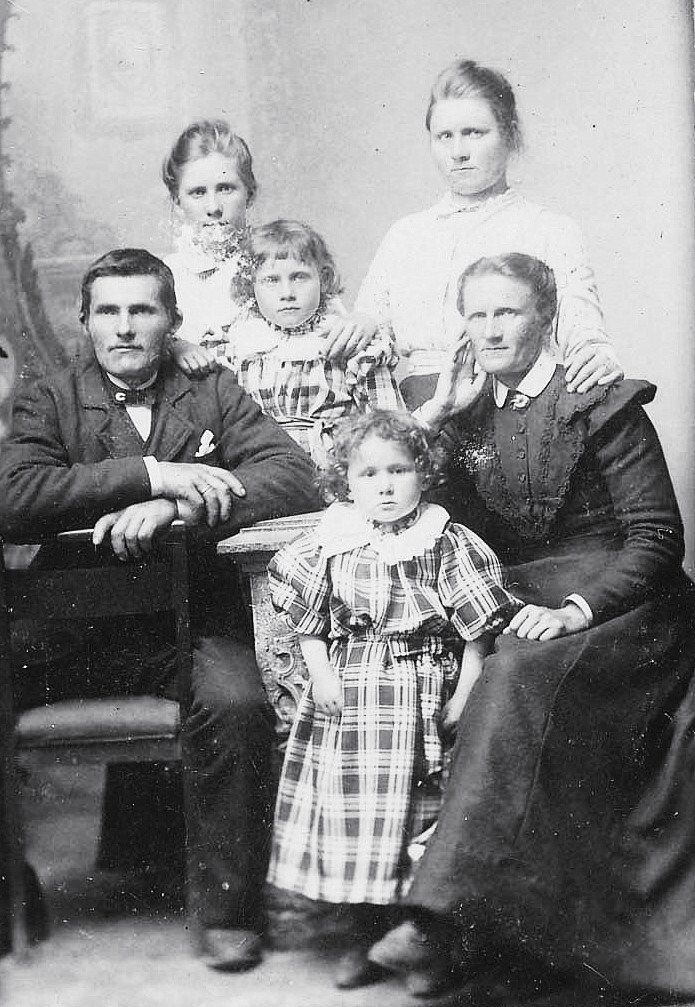 Guri Torkelsdotter, 11.12.1855 – 1937 (my great great grandmother), with her second husband Jonas Nilsson Mellemstrand 6.11.1861. Guri had 6 children with her first husband, Gabriel Fanuelson 1854 – 1891: Mina Olava 28.3.1878, Melia 11.9.1880, Inger 28.5.1883, Fanuel 6.10.1884, Inger 30.9.1888-1893 and Tomine Fredrikke 1890 -1891. Guri and her second husband had 2 children; Gabriella Torgerda 1893, Gudrun Nilsine 1897-1975. Mina Olava (back to the right) is my great grandmother.