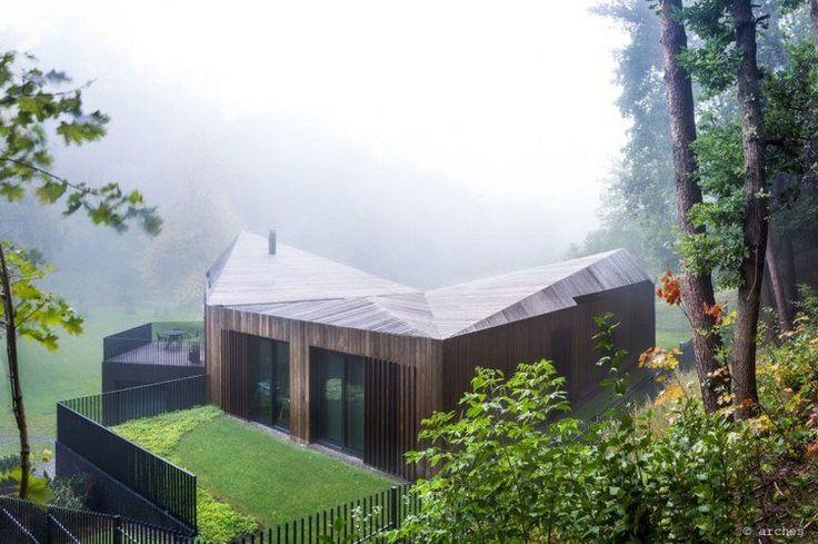 toit mansardé en bois massif, bardage extérieur en bois, baies vitrées et terrasses spacieuses