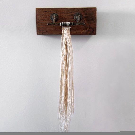 Vintage lade Pull Hand geweven kunst aan de muur ** klaar om op te hangen  MATERIALEN: rayon/zijde garen Vintage lade pull gemonteerd op gebeitst hout plank  GROOTTE: Het weven van de maatregelen 1 1/4 x 9 3/4 (met inbegrip van de marge); het hele stuk klaar om op te hangen maatregelen 8 x 9 3/4.  AANPASSING: Ik ben blij om te praten over aangepaste stukken op basis van dit stuk. Gelieve me convo met ideeën over garen, kleur, grootte etc.  Dit is een antieke koperen lade t...