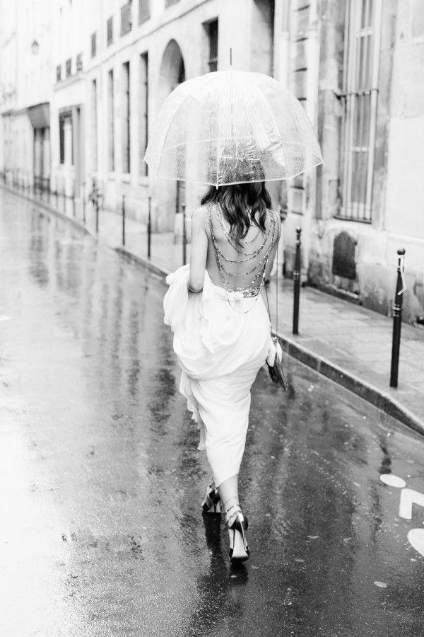 Elégante mariée sous la pluie