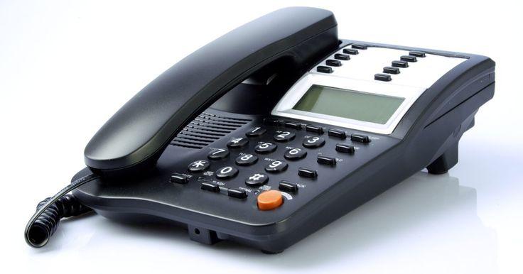 Cómo identificar números de teléfono internacionales. Si quieres reconocer si está entrando a tu teléfono una llamada internacional, es necesario estar familiarizado cómo se realizan. Una persona que hace una llamada internacional primero marca un código para llamar fuera del país y luego marca el código de su país de residencia. Del mismo modo, si fueras a llamar, deberás marcar un código ...